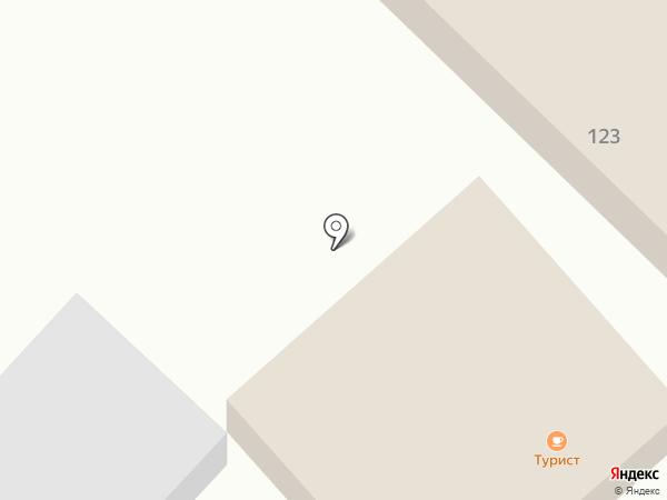 Турист на карте Геленджика